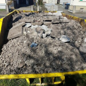 Ein gelber Container mit Bauschutt