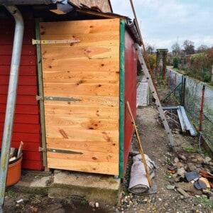 Ein Gebäude mit einer roten Holzwand und einer Holzwand