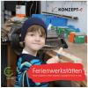 Ein Junge steht vor einer Werkbank mit einem Hammer in der Hand. Mit dem Hammer schlägt er auf Nägel in einem Holzstück. Auf einem roten Schild steht